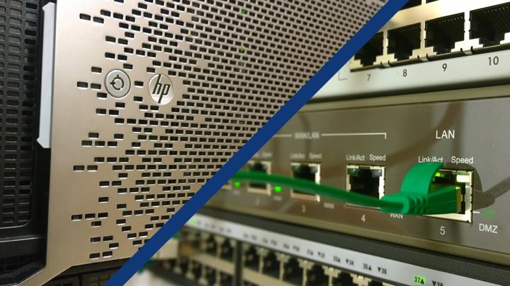 Server, Switch und Router in einem Netzwerkschrank.